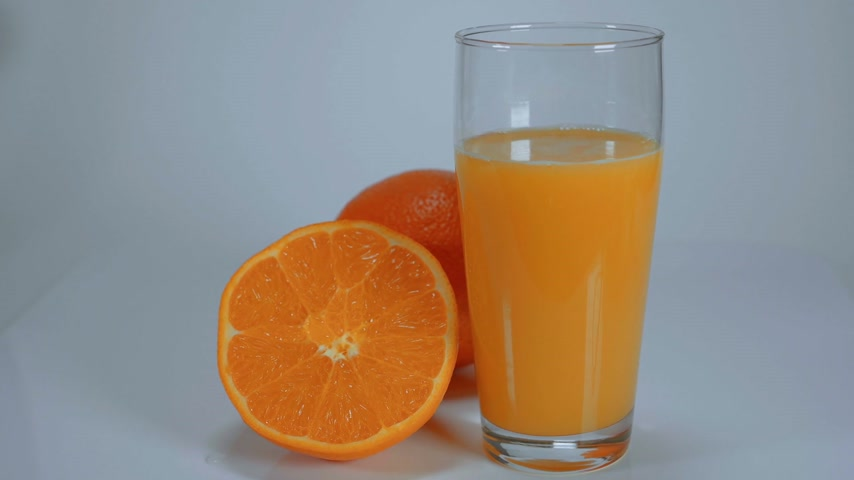 citrom és narancsfélék : Freshly squeezed Orange Juice Stock mozgókép