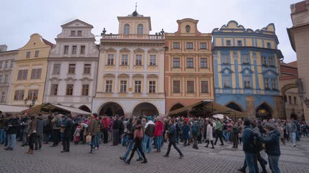 çek cumhuriyeti : Beautiful buildings around Old Town Square in the city center of Prague Stok Video