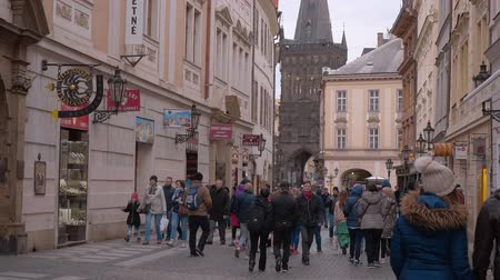 barroque : Les touristes traversent la zone piétonne de Prague