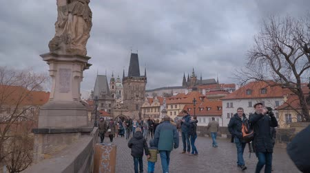 çek cumhuriyeti : Tourists walking over famous Charles Bridge in Prague Stok Video