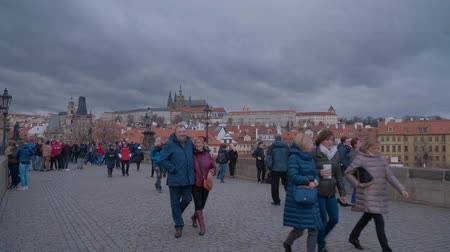 Československo : Tourists walking over famous Charles Bridge in Prague Dostupné videozáznamy