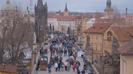 çek cumhuriyeti : Charles Bridge in Prague - full of tourists Stok Video