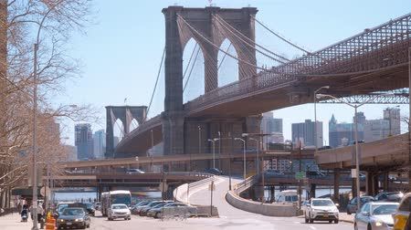 центральный : Amazing Brooklyn Bridge in New York - view from Manhattan Стоковые видеозаписи