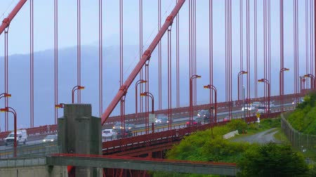 kabel : Traffic on the Golden Gate Bridge San Francisco on a rainy day - SAN FRANCISCO  CALIFORNIA - APRIL 18, 2017 Wideo