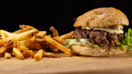 овощи : Fresh grilled Hamburger with fries - American Burger