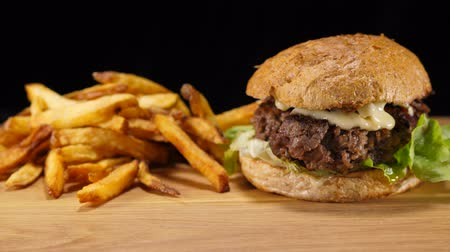 cozinhado : Fresh grilled Hamburger with fries - American Burger