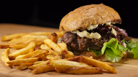 sanduíche : Fresh grilled Hamburger with fries - American Burger