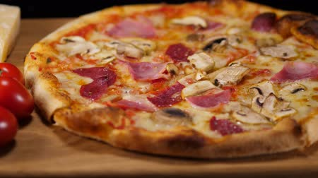 comestíveis : Crusty Pizza with salami ham and mushrooms