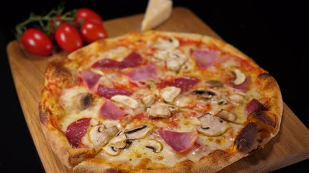 comestíveis : Hot pizza with ham and tomatoes Stock Footage
