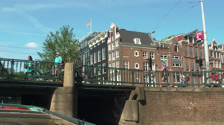 kültür : Amsterdam Canal tour by boat - popular sightseeing trip - AMSTERDAM - THE NETHERLANDS - JULY 19, 2017