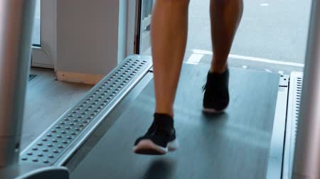 súlyzó : Running on a treadmill - fitness sports at the gym
