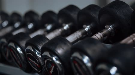 súlyzó : Row of barbells in a gym
