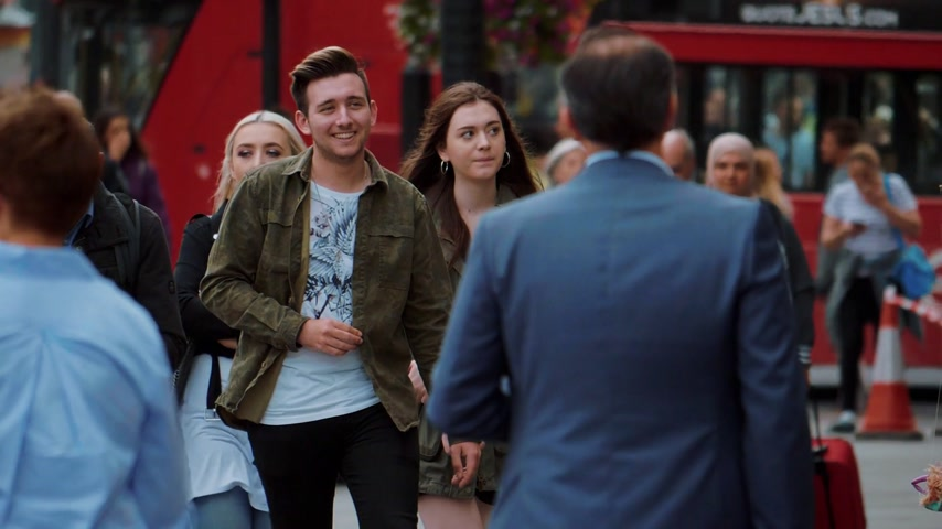 multirracial : People walk through the city of London in slow motion - LONDON  ENGLAND - SEPTEMBER 5, 2017 Vídeos