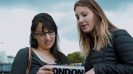 multirracial : London sightseeing - two girls and a travel guide Vídeos