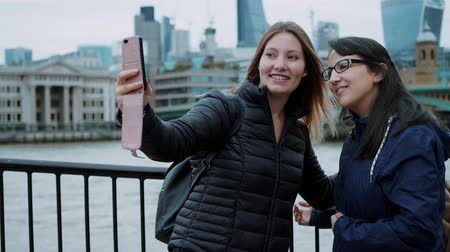 multirracial : Girls make selfies during a city trip to London