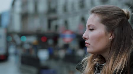 multirracial : Young thoughtful woman in the city Vídeos