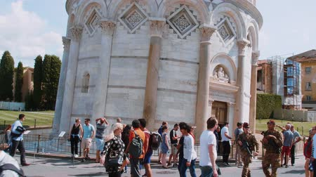 turistik : Tourists visit the famous Leaning Tower of Pisa and the Cathedral - PISA TUSCANY ITALY - SEPTEMBER 13, 2017