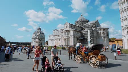 renesans : Horse drawn cab at Miracoli Square in Pisa with Leaning Tower and Cathedral - PISA TUSCANY ITALY - SEPTEMBER 13, 2017