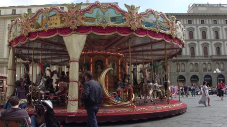 renesans : Kids Carousel at Rebpublic Square in Florence - FLORENCE  TUSCANY ITALY - SEPTEMBER 12, 2017 Wideo