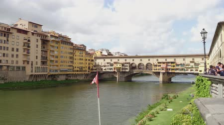 renesans : Iconic Vecchio Bridge in Florence over river Arno called Ponte Vecchio - FLORENCE  TUSCANY ITALY - SEPTEMBER 12, 2017 Wideo