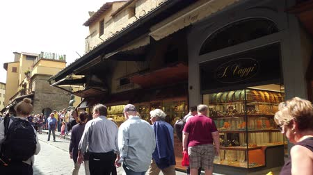 renesans : Tourists walk over Ponte Vecchio with its exclusive shops in Florence - FLORENCE  TUSCANY ITALY - SEPTEMBER 12, 2017 Wideo