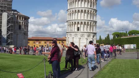 renesans : The famous tower of Pisa - important landmark in Tuscany - PISA  TUSCANY ITALY - SEPTEMBER 12, 2017