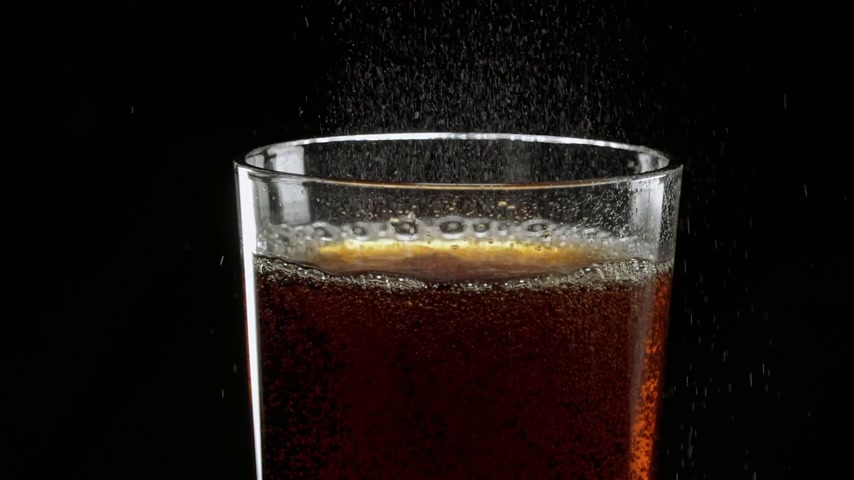 karbonatlı : Pouring refreshing ice cold Cola in a glass