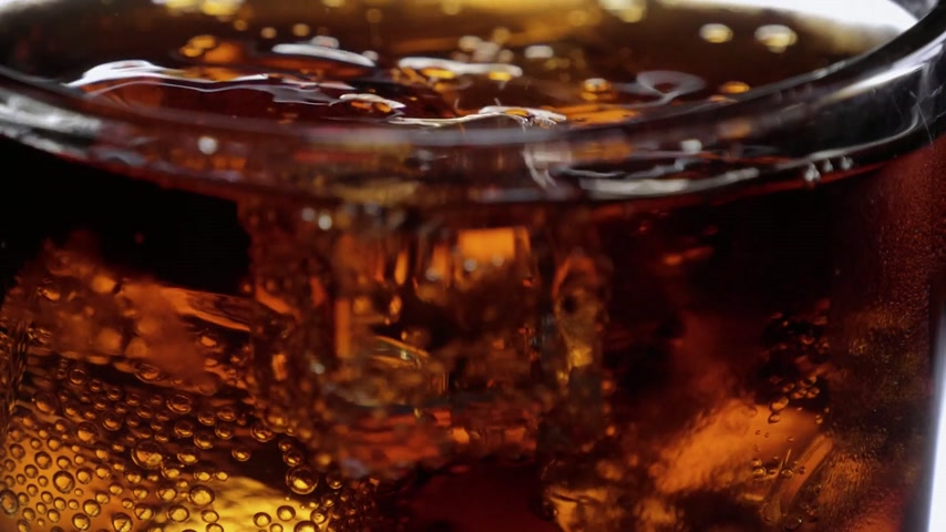 üdítő : Marcro shot of ice cubes in a glass of Cola