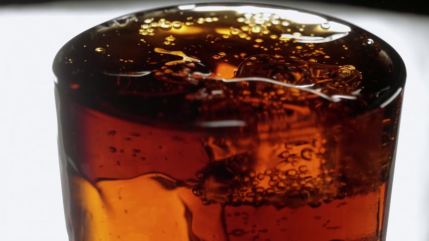 karbonatlı : A refreshing glass of Cola - soda with ice cubes