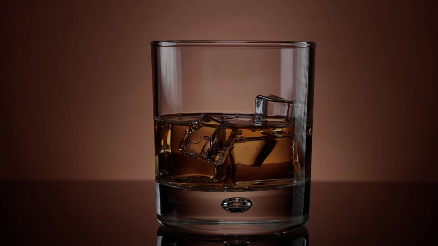 bubbels : Whisky op de rotsen - slow motion shot van een glas whisky