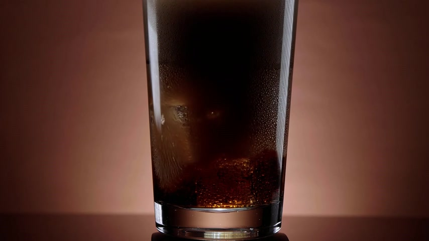 único : Pouring cola in a glass with ice cubes - refreshing soda