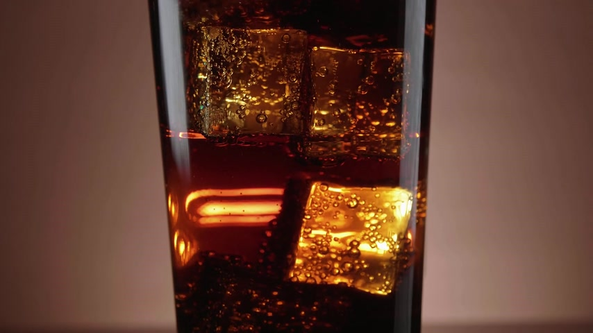 karbonatlı : A glass of refreshing Cola with floating ice cubes
