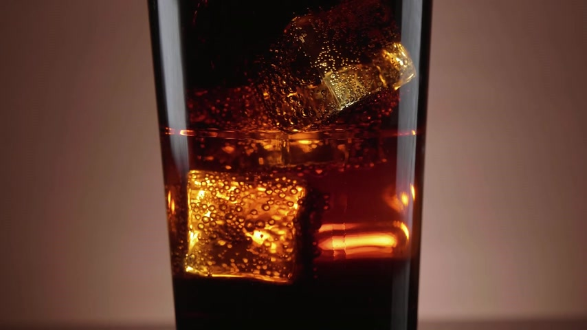 selektif : A glass of refreshing Cola with floating ice cubes