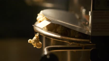 tiyatro : Fresh roasted pop corn pop out of the bowl - pop corn maker in a movie theater Stok Video
