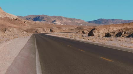 údolí : Lonesome street through Death Valley in California