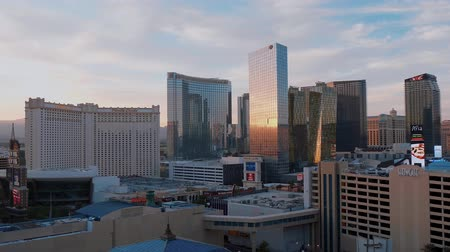 kašna : Modern Aria and Mandarin Hotel in Las Vegas - beautiful evening view - USA 2017