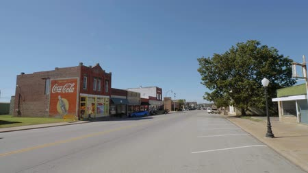 придорожный : Street view in a small village in Oklahoma at Route 66 - USA 2017 Стоковые видеозаписи