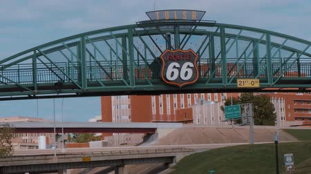 придорожный : Famous bridge over Route 66 in Tulsa - USA 2017 Стоковые видеозаписи