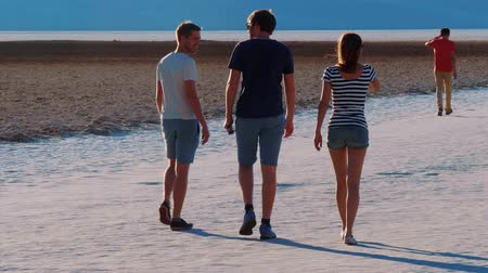 duna : Walking on the famous Badwater Salt Lake at Death Valley - USA 2017