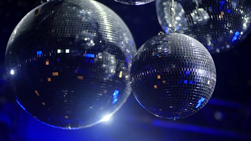 uklidňující : Mirrorballs in a club - close up shot in slow motion