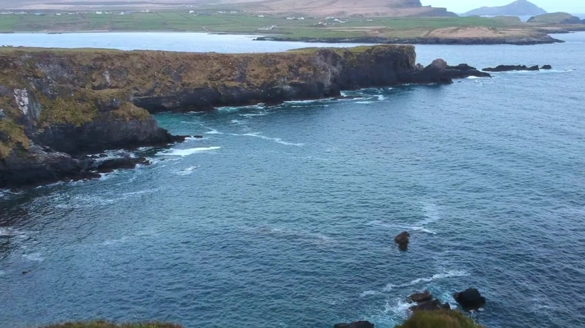poloostrov : Flight over the Irish west coast at Valentia Island