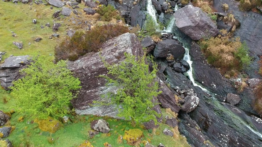 irsko : Gleninchaquin waterfall at Beara Peninsula - aerial flight shot