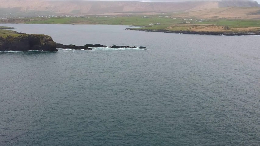 espetacular : Amazing flight over the Irish west coast at Portmagee Stock Footage
