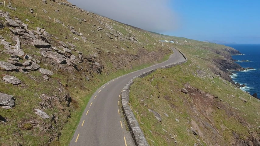 atlantique : Incroyable rue sinueuse le long de la côte de la péninsule de Dingle en Irlande - vue aérienne