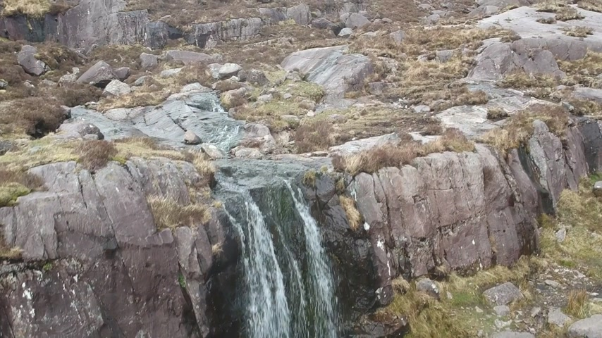 irsko : Waterfall at Conner Pass on Dingle Peninsula - aerial flight footage Dostupné videozáznamy