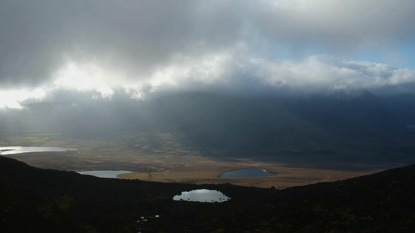 bagues : Amazing evening view over the Dingle Peninsula from Conner Pass - aerial flight footage Vidéos Libres De Droits