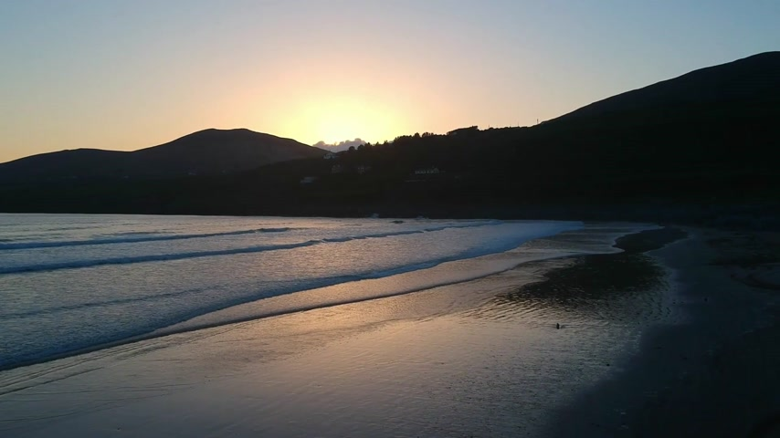 irlanda : Beautiful sunset over Inch Beach at Dingle Pensinsula - aerial flight footage Vídeos