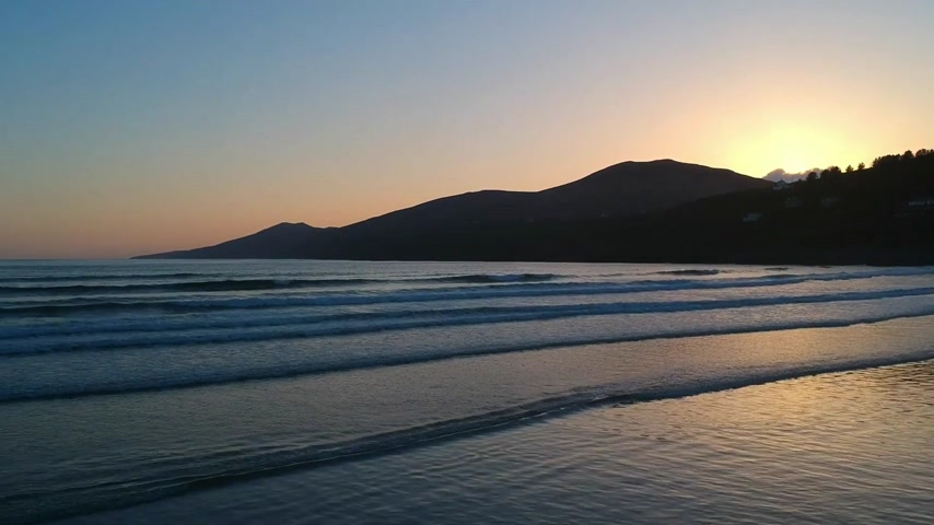 atlantique : Beautiful sunset over Inch Beach at Dingle Pensinsula - aerial flight footage Vidéos Libres De Droits