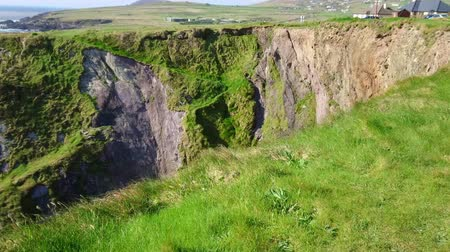 espetacular : Amazing cliffs at Dingle Peninsula - wonderful landscape Stock Footage