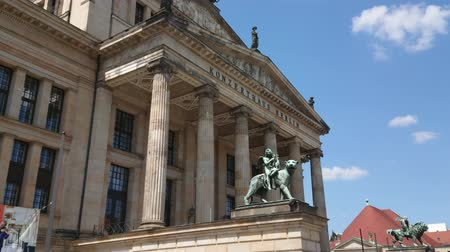 városháza : German Concert Hall at Gendarmenmarkt Square in Berlin Stock mozgókép